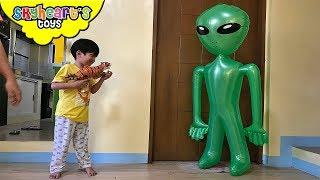 GIANT GREEN ALIEN vs Toddler | Skyheart and Daddy fights aliens war ufo battle