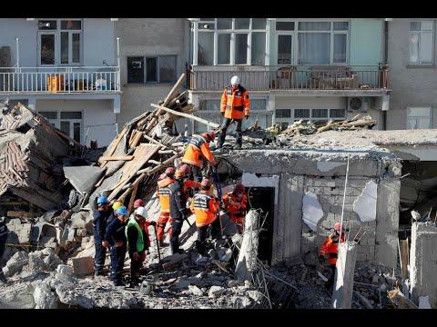Séisme en Turquie : le bilan s'alourdit, course contre la montre des secouristes