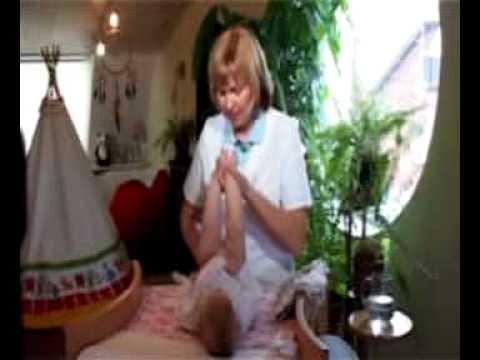 Подмывание новорожденного.
