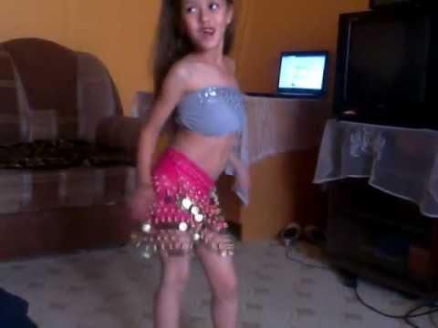 маленькая девочка танцует танец живота