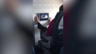 Passeggero usa lo schermo dell'aereo con i piedi: il 'touch-screen' maleducato è virale