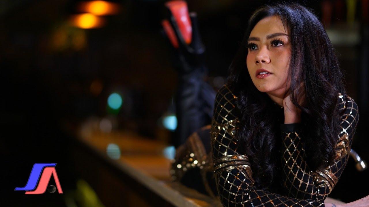 Download Iva Lola - Atas Bawah (Official Music Video)