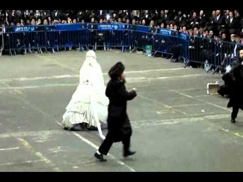 Rachmistrivka Rebbi at Mitzvah Tantz by Oldest Daughter