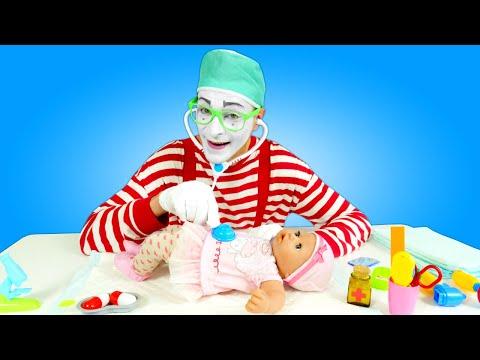 Der Clown und Baby Born Annabelle gehen zum Arzt. Kindervideo mit Puppen.