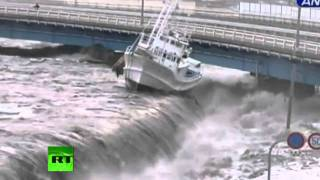 New dramatic video Tsunami wave spills over seawall, smashes boats, cars persented by khalid Qadiani