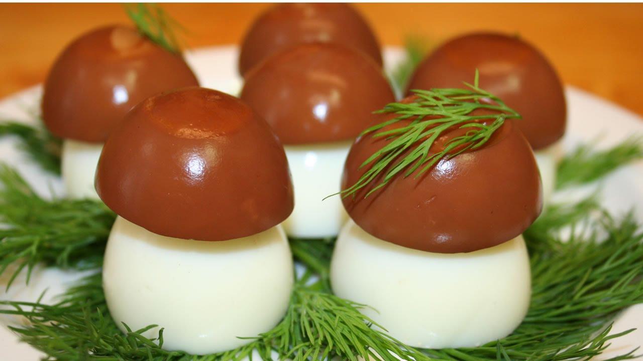 Фаршированные яйца в виде грибочков