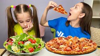Маша и мама притворяются что едят не здоровую пищу и играют в забавную игру