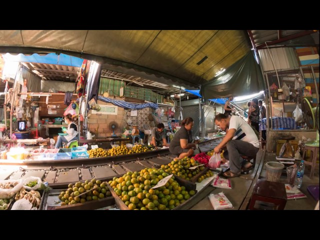 Mae Klong Railway Market Timelapse 4K (The Folding Umbrella Market, Talat Rom Hup, ตลาดร่มหุบ)