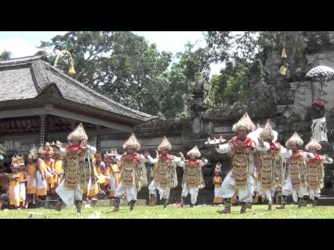 Bali: Baris Tamiang (warrior dance) in Taro
