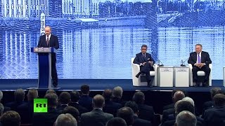 Владимир Путин принимает участие в пленарном заседании ПМЭФ-2016