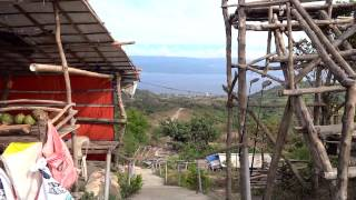タール火山のカルデラ湖