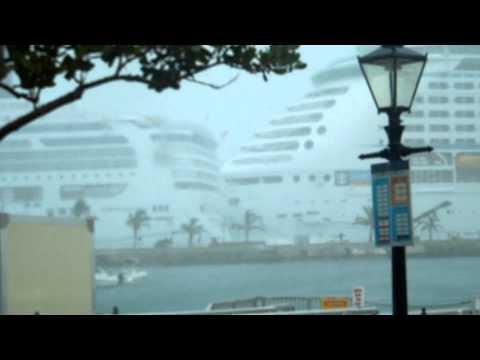 Bermuda Cruise Ship Accident - Norwegian Star hits Royal Carribean Explorer