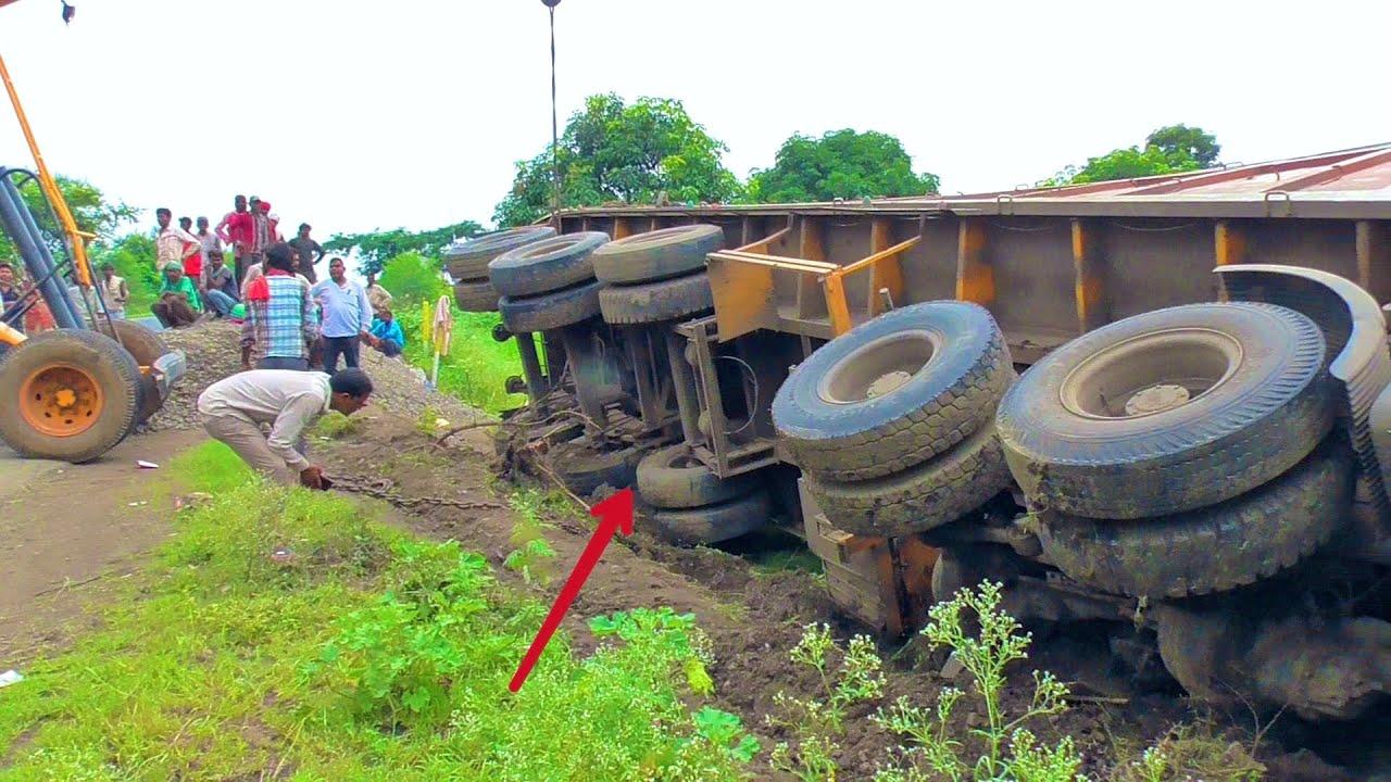 TATA Big Trailer Truck Accident on Highway Rescued By Two Hydra Crane Machine Escort Hydra Crane