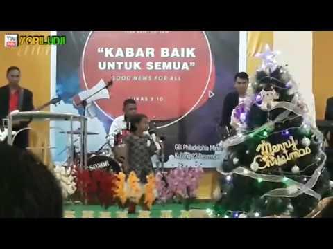 Beatrix nyanyi di acara natal