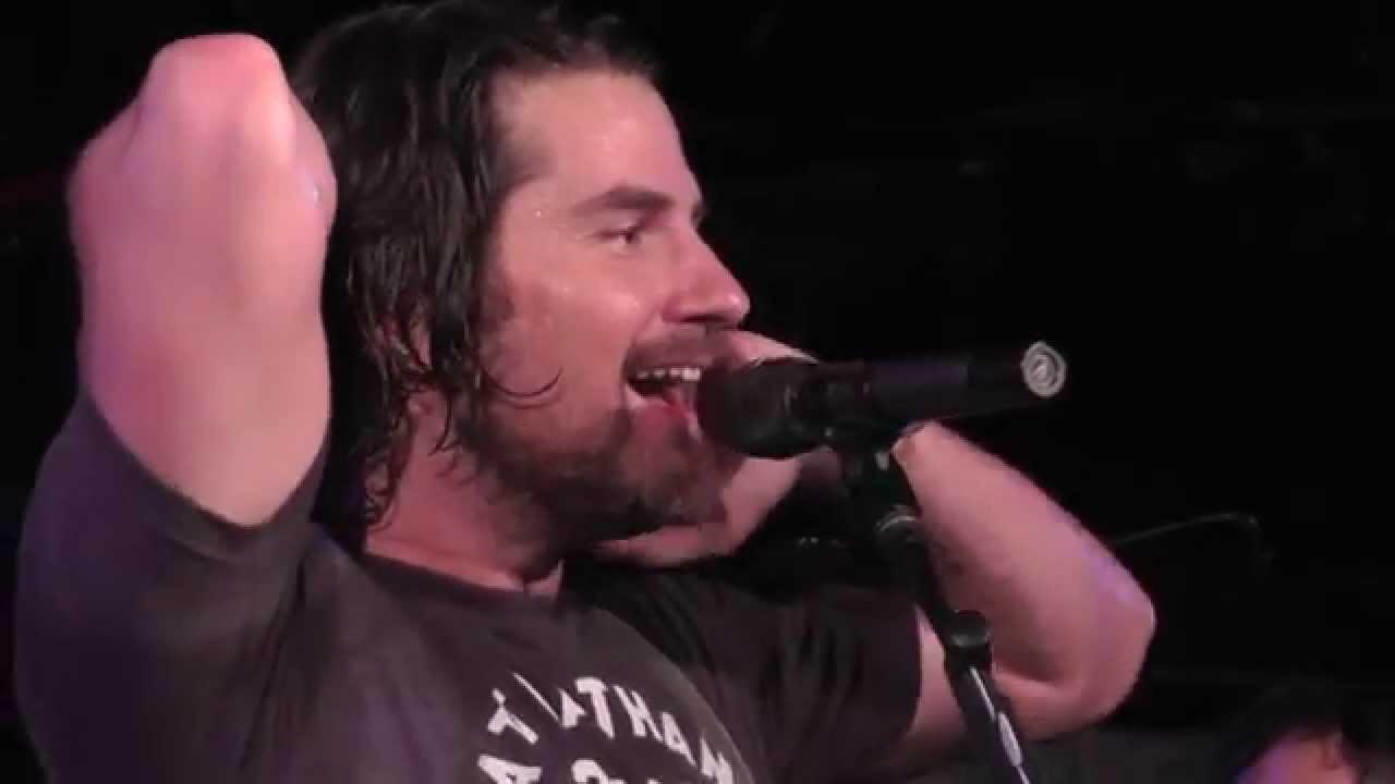 Il fait l'intro d'un morceau d'AC/DC sur scène, le public chante la chanson complète