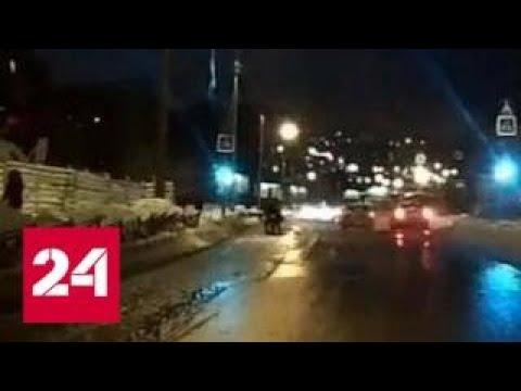 Поток воды из прорвавшейся канализации смыл женщину с дочкой в Мурманске - Россия 24