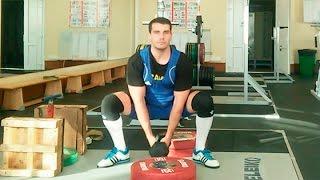 Приседания с весом между ног: техника выполнения
