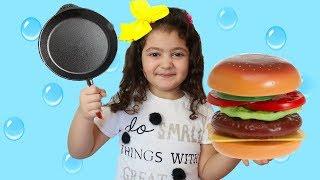 ELİF ÖYKÜ'NÜN HAMBURGERİ KAYBOLDU - Öykü pretend play food Johny Johny Yes Papa Song for Children