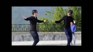 парни в горах танцуют лезгинку