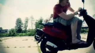 De Doelleazen - Mem Fan Doutzen (officiële Videoclip)