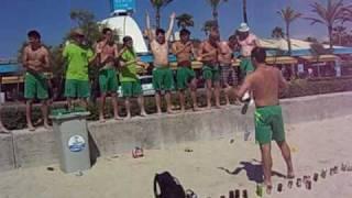 Tanz-Performance des SV Hausberge zum Song Dicke Titten am Strand von Malle