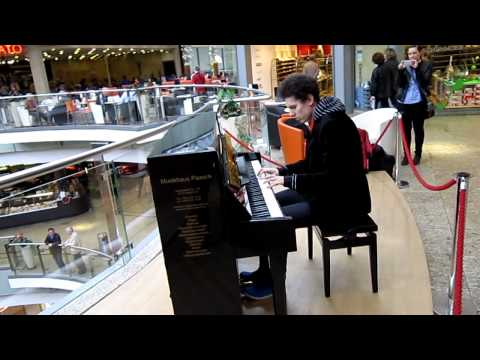 Amazing & spontaneous Piano Medley in a German Shopping Mall by Thomas Krüger – Flashmob