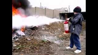 Огнетушитель, с которым справится и малыш(4-х летний ребенок легко управляется с порошковым огнетушителем ОП-2., 2013-11-19T22:02:46.000Z)
