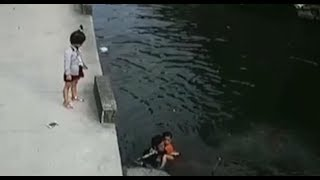 Delivery man rescues drowning girl | CCTV English