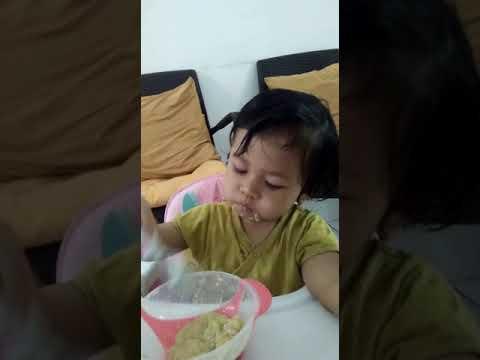 Maryam 15 Bulan Makan Sendiri Pakai Sendok Doddl