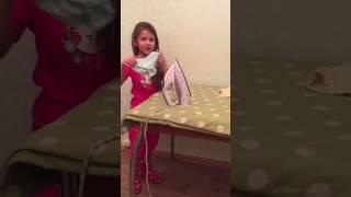 Мамина помощница. Гладим белье.(В этом видео Полина гладит своё нижнее белье., 2017-02-12T18:23:06.000Z)