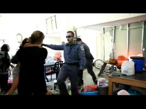 israeli police attacks palestinian woman and children  الشرطة الاسرائيلية تعتدى على امرأة فلسطينية وطفل