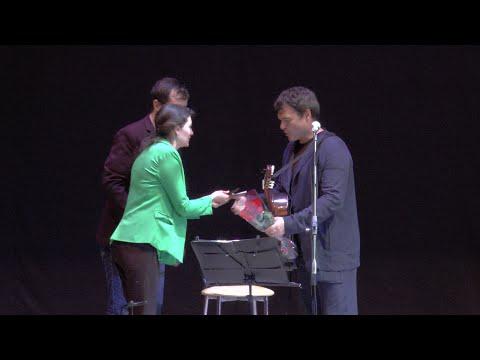 Актёр Евгений Дятлов исполняет известные бардовские песни в Пятигорском городском доме культуры!