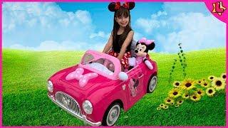 Laurinha brincando com o novo carro de brinquedo da minnie mouse