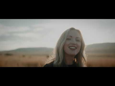 Janie Bay - Amper Daar [Official Video]