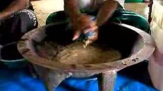 カバの素(ヤンゴーナの木の根を粉にしたもの)を袋に入れて水と混ぜ合...