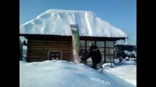 видео Очистка кровель от снега | очистка крыш от снега | уборка снега с крыш