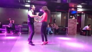 Carmen y José bailando bachata Romeo Santos Hilito