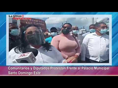 Comunitarios y Diputados protestan frente al Palacio Municipal Santo Domingo Este