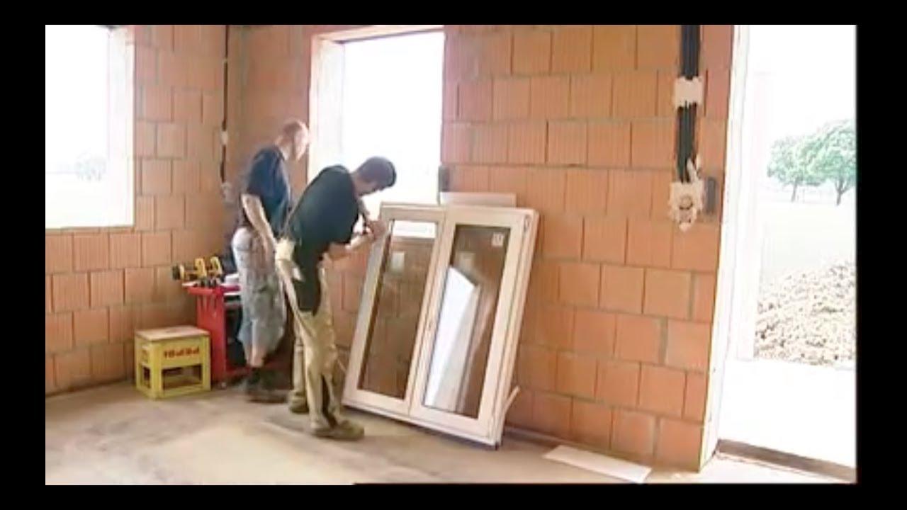 شاهد طريقة تركيب نافذة في منزل قيد الإنشاء