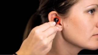 独自形状のイヤチップをひねりながら耳に装着することによって、運動中...