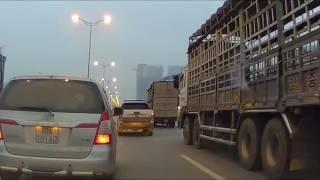 Xe bán tải và xe tải vờn nhau ở đường trên cao như phim Mỹ