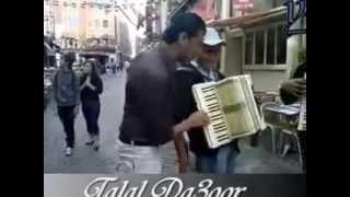 الداعور يتحدى عازفي الأكورديون الأجانب في الشارع