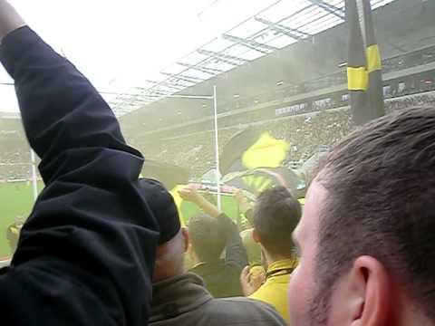 St. Pauli gegen Borussia Dortmund: Rauchbombe im Block