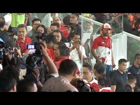 Gunakan Jaket Timnas RI, Jokowi Nonton Piala Presiden