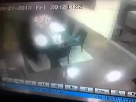 Seram-Rakaman CCTV JIN Makan makanan atas meja