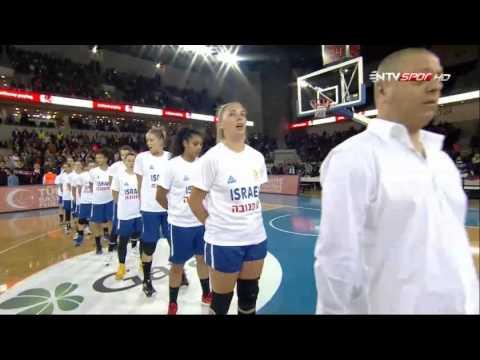 Turkish fans throw water bottle to Israeli players during Israel's national anthem / Türkiye FIBA