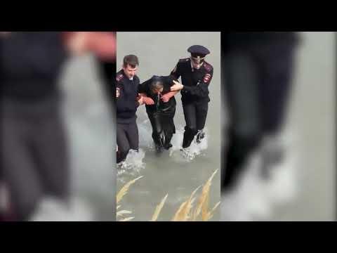 Тонущую в Тереке женщину спасли сотрудники полиции