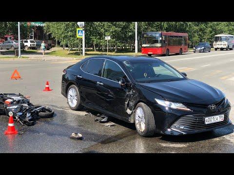 Камера наблюдения сняла столкновение мотоцилиста с автомобилем.