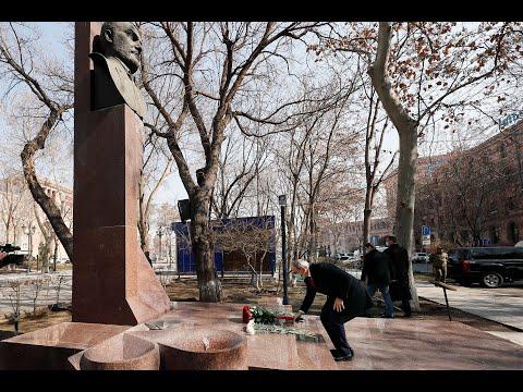 Նիկոլ Փաշինյանի ծաղիկներ է խոնարհել Վազգեն Սարգսյանի կիսանդրու մոտ