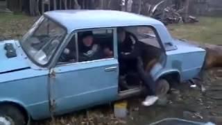 Чак Норрис выходит из машины